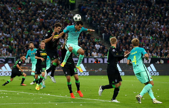 MOENCHENGLADBACH, GERMANY - SEPTEMBER 28: Sergio Busquets of Barcelona jumps for the ball with Andreas Christensen and Christoph Kramer of Borussia Moenchengladbach  during the UEFA Champions League group C match between VfL Borussia Moenchengladbach and FC Barcelona at Borussia-Park on September 28, 2016 in Moenchengladbach, North Rhine-Westphalia.  (Photo by Dean Mouhtaropoulos/Bongarts/Getty Images)