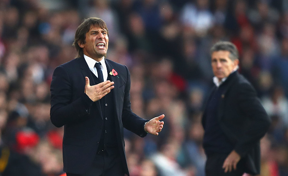 SOUTHAMPTON, ENGLAND - OCTOBER 30: Antonio Conte, Manager of Chelsea (L) gives his team instructions during the Premier League match between Southampton and Chelsea at St Mary's Stadium on October 30, 2016 in Southampton, England.  (Photo by Clive Rose/Getty Images)