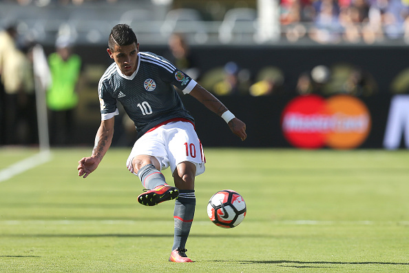 ORLANDO, FL - JUNE 04:  Derlis Gonzalez #10 of Paraguay passes the ball during the 2016 Copa America Centenario Group A match between Costa Rica and Paraguay at Camping World Stadium on June 4, 2016 in Orlando, Florida. (Photo by Alex Menendez/ Getty Images)