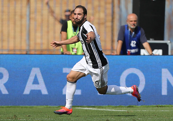 EMPOLI, ITALY - OCTOBER 02: Gonzalo Higuain of Juventus FC celebrates after scoring a goal during the Serie A match between Empoli FC and Juventus FC at Stadio Carlo Castellani on October 2, 2016 in Empoli, Italy.  (Photo by Gabriele Maltinti/Getty Images)