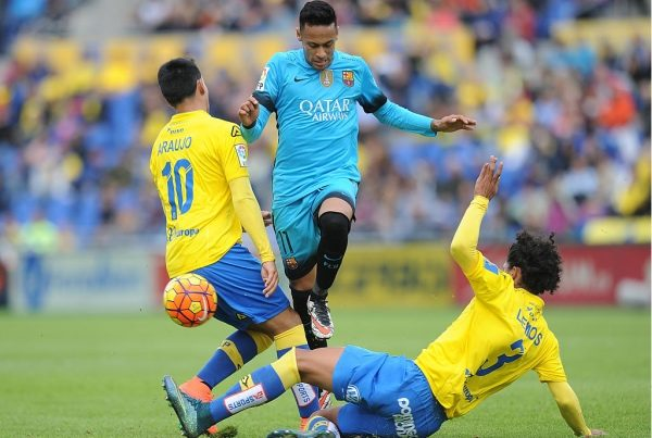 LAS PALMAS, SPAIN - FEBRUARY 20:  Neymar of FC Barcelona is tackled by  Mauricio Lemos and Sergio Araujo of UD Las Palmas during the La Liga match between UD Las Palmas and FC Barcelona at Estadio Gran Canaria on February 20, 2016 in Las Palmas, Spain.  (Photo by Denis Doyle/Getty Images)