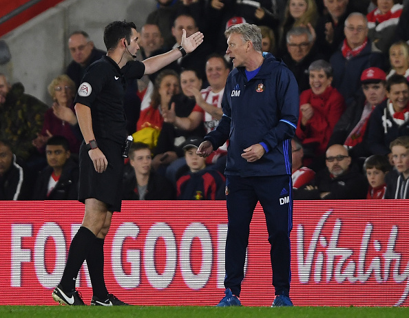 SOUTHAMPTON, ENGLAND - OCTOBER 26:  Referee Chris Kavangh (L) sends David Moyes, Manager of Sunderland (R) to the stands during the EFL Cup fourth round match between Southampton and Sunderland at St Mary's Stadium on October 26, 2016 in Southampton, England.  (Photo by Mike Hewitt/Getty Images)