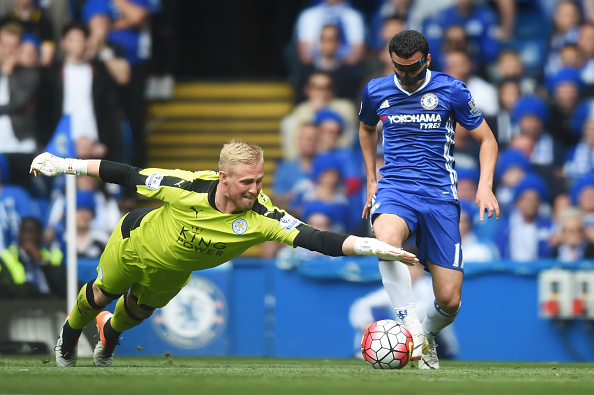 LONDON, ENGLAND - MAY 15: Kasper Schmeichel of Leicester City dives for the ball with Pedro Rodriguez of Chelsea during the Barclays Premier League match between Chelsea and Leicester City at Stamford Bridge on May 15, 2016 in London, England.  (Photo by Michael Regan/Getty Images)