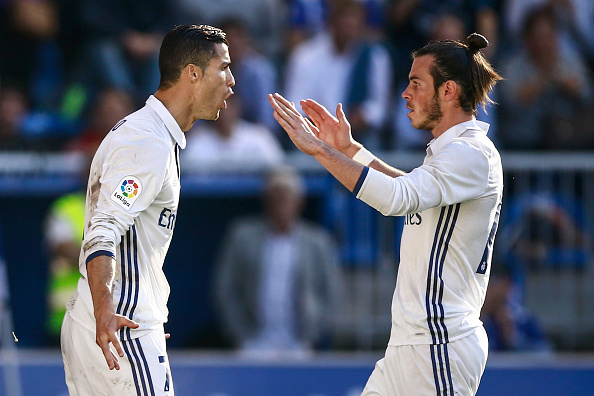 VITORIA-GASTEIZ, SPAIN - OCTOBER 29: Cristiano Ronaldo (L) of Real Madrid CF celebrates scoring their opening goal with team mate Gareth Bale during the La Liga match between Deportivo Alaves and Real Madrid CF at Estadio de Mendizorroza on October 29, 2016 in Vitoria-Gasteiz, Spain. (Photo by Gonzalo Arroyo Moreno/Getty Images)