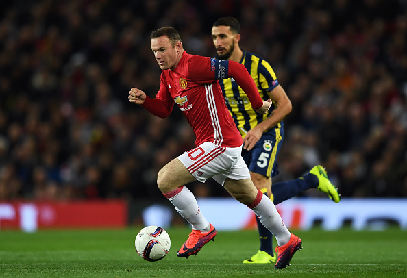 MANCHESTER, ENGLAND - OCTOBER 20:  Wayne Rooney of Manchester United is pursued by Mehmet Topal of Fenerbahce during the UEFA Europa League Group A match between Manchester United FC and Fenerbahce SK at Old Trafford on October 20, 2016 in Manchester, England.  (Photo by Laurence Griffiths/Getty Images)