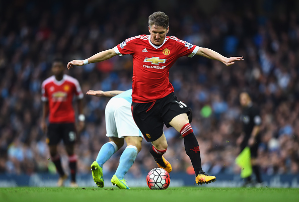 MANCHESTER, ENGLAND - MARCH 20:  Bastian Schweinsteiger of Manchester United evades Sergio Aguero of Manchester City during the Barclays Premier League match between Manchester City and Manchester United at Etihad Stadium on March 20, 2016 in Manchester, United Kingdom.  (Photo by Laurence Griffiths/Getty Images)