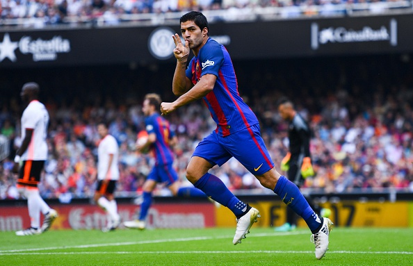 VALENCIA, SPAIN - OCTOBER 22:  Luis Suarez of FC Barcelona celebrates after scoring his team's second goal during the La Liga match between Valencia CF and FC Barcelona at Mestalla stadium on October 22, 2016 in Valencia, Spain.  (Photo by David Ramos/Getty Images)