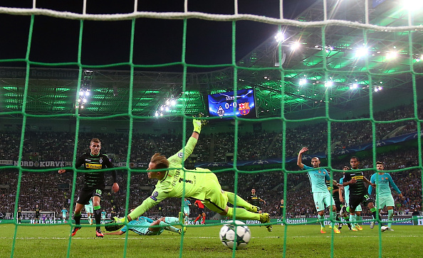 MOENCHENGLADBACH, GERMANY - SEPTEMBER 28:  Thorgan Hazard of Borussia Moenchengladbach scores the opening goal past Marc-Andre ter Stegen of Barcelona during the UEFA Champions League group C match between VfL Borussia Moenchengladbach and FC Barcelona at Borussia-Park on September 28, 2016 in Moenchengladbach, North Rhine-Westphalia.  (Photo by Alex Grimm/Bongarts/Getty Images)