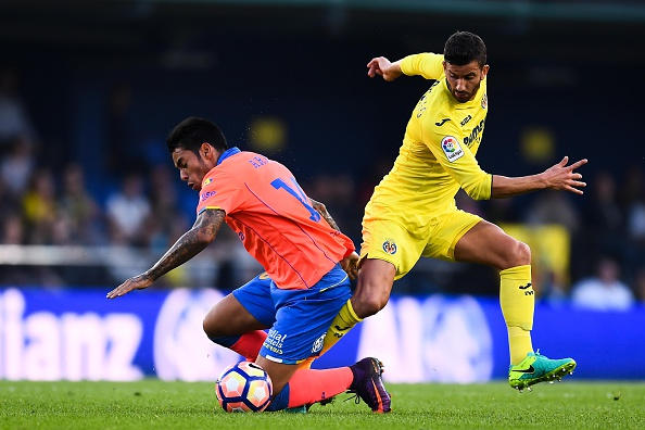 VILLARREAL, SPAIN - OCTOBER 23: Sergio Araujo (L) of UD Las Palmas competes for the ball with Roberto Soriano of Villarreal CF during the La Liga match between Villarreal CF and UD Las Palmas at El Madrigal stadium on October 23, 2016 in Villarreal, Spain.  (Photo by David Ramos/Getty Images)