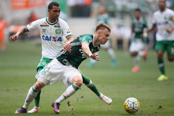 SAO PAULO, BRAZIL - NOVEMBER 27:  Roger Guedes (R) of Palmeiras fights for the ball with Matheus Biteco (L) of Chapecoense during the match between Palmeiras and Chapecoense for the Brazilian Series A 2016 at Allianz Parque on November 27, 2016 in Sao Paulo, Brazil.  (Photo by Friedemann Vogel/Getty Images)
