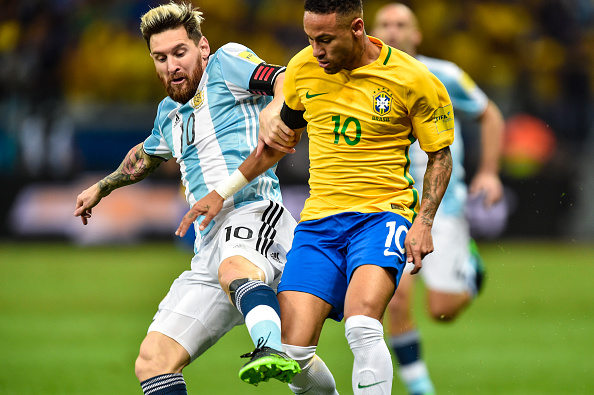 BELO HORIZONTE, BRAZIL - NOVEMBER 10: Neymar #10 of Brazil and Messi #10 of Argentina battle for the ball during a match between Brazil and Argentina as part 2018 FIFA World Cup Russia Qualifier at Mineirao stadium on November 10, 2016 in Belo Horizonte, Brazil. (Photo by Pedro Vilela/Getty Images)