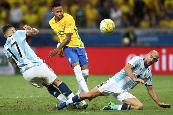BELO HORIZONTE, BRAZIL - NOVEMBER 10: Neymar (C) of Brazil struggles for the ball with Nicolas Otamendi (L) and Pablo Zabaleta of Argentina during a match between Brazil and Argentina as part of 2018 FIFA World Cup Russia Qualifier at Mineirao stadium on November 10, 2016 in Belo Horizonte, Brazil. (Photo by Buda Mendes/Getty Images)