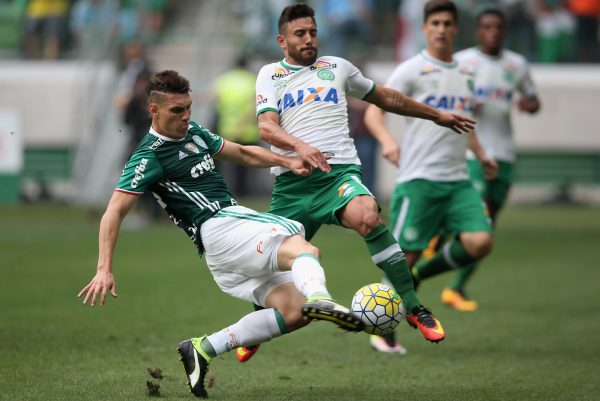 SAO PAULO, BRAZIL - NOVEMBER 27:  Moises of Palmeiras fights for the ball with Alan Ruschel of Chapecoense during the match between Palmeiras and Chapecoense for the Brazilian Series A 2016 at Allianz Parque on November 27, 2016 in Sao Paulo, Brazil.  (Photo by Friedemann Vogel/Getty Images)
