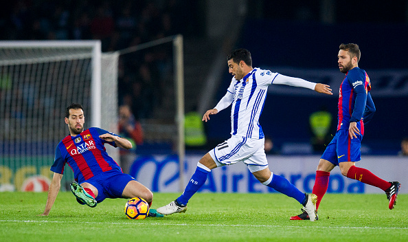 SAN SEBASTIAN, SPAIN - NOVEMBER 27:  Sergio Busquets of FC Barcelona duels for the ball with Carlos Vela of Real Sociedad during the La Liga match between Real Sociedad de Futbol and FC Barcelona at Estadio Anoeta on November 27, 2016 in San Sebastian, Spain.  (Photo by Juan Manuel Serrano Arce/Getty Images)