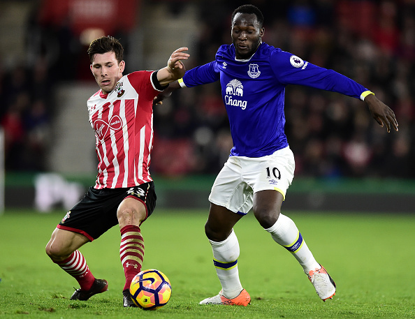 SOUTHAMPTON, ENGLAND - NOVEMBER 27:  Pierre-Emile Hojbjerg of Southampton (L) and Romelu Lukaku of Everton (R) battle for possession during the Premier League match between Southampton and Everton at St Mary's Stadium on November 27, 2016 in Southampton, England.  (Photo by Alex Broadway/Getty Images)