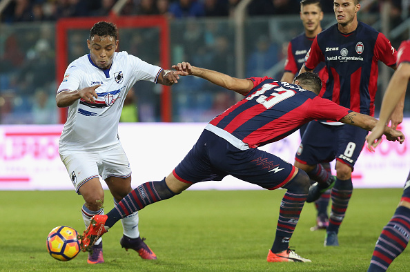 CROTONE, ITALY - NOVEMBER 27:  Giammarco Ferrari (R) of Crotone competes for the ball with Luis Muriel of Sampdoria during the Serie A match between FC Crotone and UC Sampdoria at Stadio Comunale Ezio Scida on November 27, 2016 in Crotone, Italy.  (Photo by Maurizio Lagana/Getty Images)
