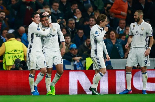 MADRID, SPAIN - FEBRUARY 15:  Casemiro of Real Madrid (2L) celebrates with James Rodriguez (L) as he scores their third goal during the UEFA Champions League Round of 16 first leg match between Real Madrid CF and SSC Napoli at Estadio Santiago Bernabeu on February 15, 2017 in Madrid, Spain.  (Photo by Gonzalo Arroyo Moreno/Getty Images)